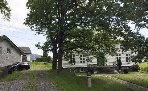 GÅRDSHUS: Gårdshus og uthus på Undarheim gard. (Foto: J. M. Røsseland 2019).