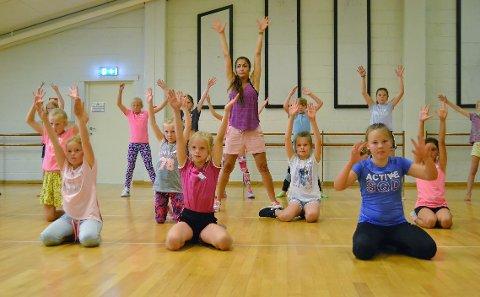 KONSENTRERT GJENG: Ivrige dansere holder fullt fokus, her sammen med dansetrener Mana Rambod.