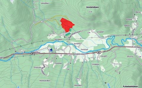 BOLIGFELT: I Jondalen sentrum skal det legges til rette for 20 boligtomter. Men fremdriften har vært treg. Årevis med saksbehandling og forberedelser, er ennå ikke over. Feltet (rødt) ligger like ved idrettsanlegget og den lokale skolen.