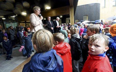 STOR DAG: Anne Mette Aaby, rektor på Skattekista, var naturlig nok kjempestolt da hun talte til elever og fremmøtte på den offisielle åpningen onsdag. ALLE FOTO: HOSTVEDT