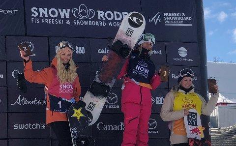 PÅ SEIERSPALLEN: KIF-jenta Silje Norendal (t.v.) jubler for andreplassen i Calgary sammen med vinneren Laurie Blondin og Katie  Ormerod. FOTO: STIAN SIVERTZEN