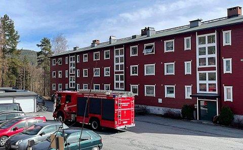 Brannvesenet var på plass i Dyrgravveien i Kongsberg etter at en røykvarsler slo ut mandag ettermiddag.