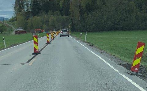 Fylkesvei 40, som her på Hostvedtveien, blir det asfaltarbeid i 2021. Allerede har et langt stykke vei i Sandsvær fått nytt asfaltdekke i år.