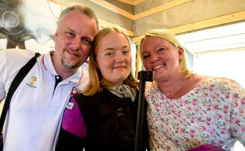 CUPMESTER: Hannah Midtgard får seiersklem av mamma Hege og pappa Odd Aril etter seieren i rekruttfinalen. ALLE FOTO: OLE JOHN HOSTVEDT