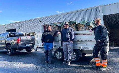 VED-TRANSPORT: Morgan Brokke , Timothy Mc Coy og Øystein Lia var torsdag på vei ut med en av mange vedbestillinger.