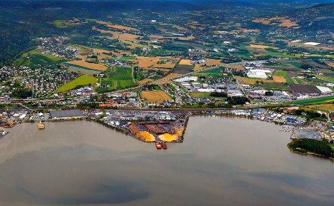 INDREFILETEN: Tømmerterminalen midt i bildet har de beste grunnforholdene på Lierstranda. Gilhusbukta til høyre på bildet skal fylles ut.FOTO: NILS MAUDAL
