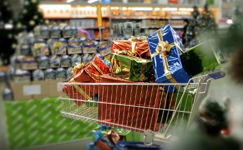 HANDEL PÅ GANG: Det kommer til å bli en liten økning i årets julehandel, spår hovedorganisasjonen Virke. I Lofoten vil det bli handlet for om lag 275 millioner kroner, antar de.