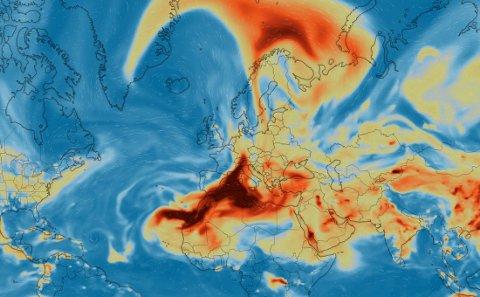Denne modellen er fra onsdag morgen og viser at svoveldioksid driver over Nord-Norge.