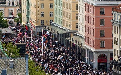 OMSTRIDT: Granittsøylene til Bård Breivik på Torgallmenningen i Bergen. Nå havner noen av dem i havet ved Under.