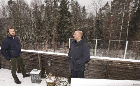SJØUTSIKT? Fra denne verandaen ble Espen Storbråten lovet «utsikt over Mossesundet og vestover til Jeløy». Selv ikke på vinterstid kan han glimte noe som ligner vann. T.v. nabo Truls Hellner.