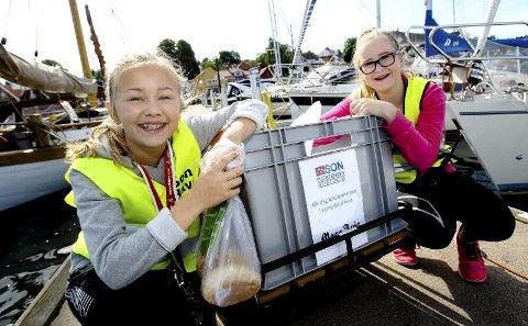 Fin sommerjobb: Son gjestehavn er populær blant båtfolk. Emma Mørk (13) og Mathilda Finstad (13) mener selv de har verdens beste sommerjobb. Hver morgen deler de ut ferske rundstykker, avis og informasjonsblekke til alle båtgjestene.
