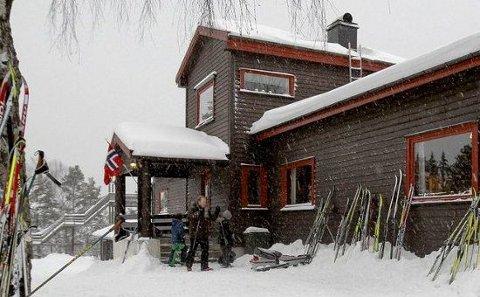 KRIM PÅ SKIHYTTA: Knut Faldbakken og Eystein Hansen kommer.