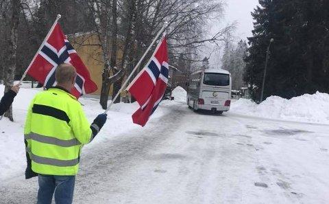FLAGGET: Kasper flagget for de siste beboerne da de ble fraktet bort.