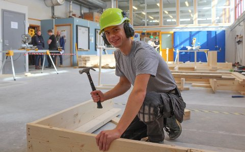STO PÅ: Torkil Dyhr Petersen ga jernet i Østfold mesterskapet i tømring.