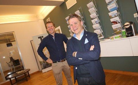 SUPERMEGLER: Egil André Horgmo hos Krogsveen Moss solgte over 100 boliger i fjor. - Jeg jobber mye og stortrives med det, sier han. Daglig leder Joachim Kolderup som selv er blant Krogsveen-kjedens topp 15 meglere, er kjempefornøyd med Egil Andrés innsats.
