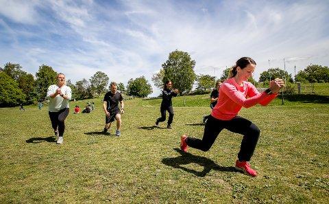 I FORM: Her instruerer Lene Furu øvelser utendørs i Nesparken. Bak f.v.: Linda Aas, Daniel Orvik, Kristine Skovli Hermansen og Didrik Brattbakk Kristiansen.
