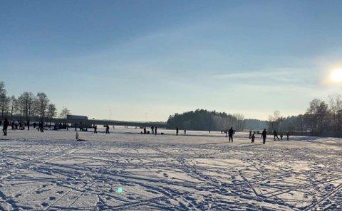 Mange har de siste dagene tatt skøytene fatt på Lødengfjorden, men nå advares det om usikker is under brua.
