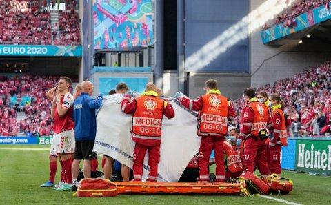 KRITISKE MINUTTER: Her får Christian Eriksen livreddende førstehjelp.