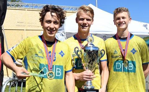 ENDELIG: Theodor Beck, Henrik Jevnaker og Christoffer Lunde var godt fornøyd med sin første pokal med BSK.