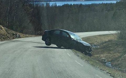 MISTENKT: Slik står bilen på fylkesveien lørdag. Politiet mistenker at føreren har kjørt bil i påvirket tilstand.