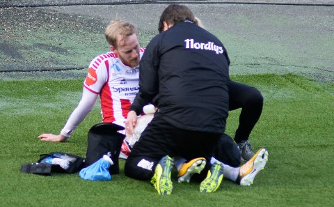 SKADET: Gjermund Åsen måtte ut med en skade tidlig i førsteomgang - og trener Simo Valakari innrømmer at TIL «gamblet» med Åsen.