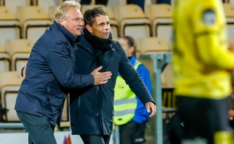 SINT SIMO: Simo Valakari presser frem et smil til LSK-trener Jörgen Lennartsson etter kampslutt, men etter det var det ikke en sprudlende TIL-trener som først snakket med spillerne sine og deretter media.