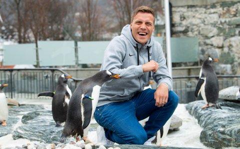 ARKTIS MØTER ANTARKTIS: Ruben Yttergård Jenssen i møte med pingvinene på Akvariet i Bergen. Han og familien trives godt bosatt på Nesttun litt utenfor sentrum, men en tanke om å vende hjem til Tromsø holdes hele tiden varm. 30-åringen sier han er veldig bevisst på at han fortsatt skal være i god fysisk form når han kommer hjem for å spille for TIL igjen. Søndag møter han TIL, som Brann-spiller.