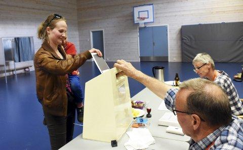 Stemmer med mamma: Bjørn Erik Ranheim (6) var med mamma Karoline Bjørlien da hun stemte på Vestsida mandag ettermiddag. Foto: Per Zhang Skjønberg