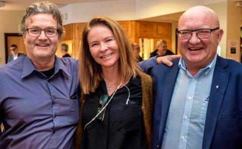 PAKKET OG DRO: Daglig leder Jørn Bogen (t.v.) presenterte Lisa Granli som Consto Eides prosjektleder ved kontraktsinngåelsen på Hovli i oktober i fjor. Nå har hun sagt opp til fordel for jobb hos konkurrenten Hent. T.h. ordfører i Søndre Land, Terje Odden.