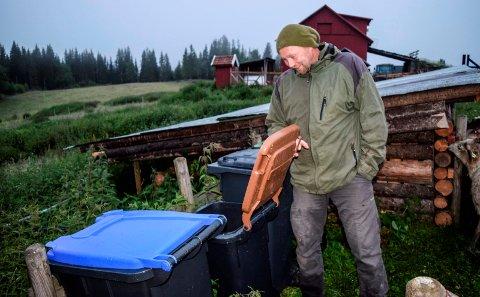 RENOVASJON: Marcus Mehnert i Landåsbygda er blant dem som opplever at avfallsdukene ikke tømmes når de skal. Nå oppfordres han og andre med meninger om renovasjonstjenesten til å uttale seg om forslaget til ny forskrift for kommunene i Gjøvikregionen.
