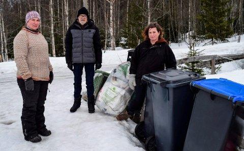 FORTVILET: - Hos oss er ikke husholdningsavfall hentet mer enn to-tre ganger fra november til nå, sier f.v. Britt Finsrudlien, Erland Jensen og Elin Aarum .