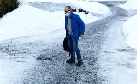 TRØBBEL: Vanligvis parkerer drosjen på gårdsplassen når Torbjørn Olsen skal på sykehuset. Med torsdagens føre var det umulig. Pasienten måtte ut og gå, men her ble det bråstopp på glatta.