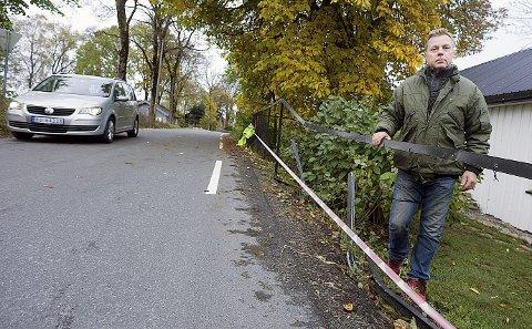 Lei: Roy Johansen er en av beboerne i Sundbyveien som er lei av all tungtransporten som bruker veien som gjennomfartsåre.