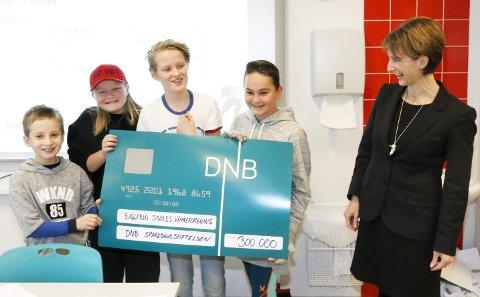 KJEMPEGLADE: Banksjef Britt Øvretvedt i DNB Follo hadde med 300.000 kroner fra Sparebankstiftelsen DNB til ressursgruppa.
