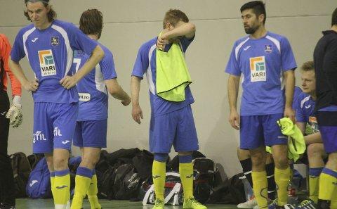 SLITEN OG UTSLÅTT: Iver Strandheim og Ski Futsal må bare innse at Røa ble et nummer for store denne gang.alle foto: henrik aasbø