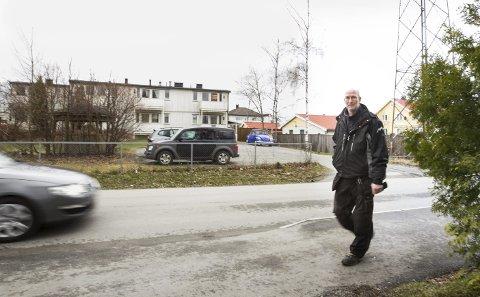 Krever svar: Jon Petter Andersen stiller tidligere Ski-ordfører Gunvor Eldegard noen spørsmål om behandlingen av psykiatriboliger i Finstadveien 8 i sin tid, og krever svar.
