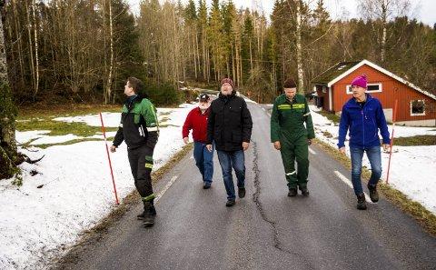 Far og sønn, Arne og Dag Moe Tveitan, samt Reidar Gaasholt, befarer telefon - og kraftlinja i Østre Hedrum. Begge linjene ligger utsatt til når været viser muskler.