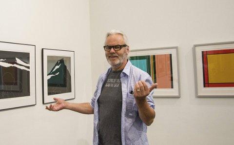 PÅL med venner: Over 40 år som kunstner er noe å feire. Pål Gunnæs viser egne bilder gjennom tidene samt flere av kunstnerne han trykker for. Her er bildene til Per Kleiva til venstre og Willibald Storn til høyre. foto: Kjersti bache