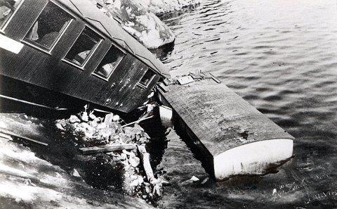 STEINRAS. Svært sjelden har det skjedd ulykker i forbindelse med steinras. Men her er et tilfelle i 1937, som førte til at et lokomotiv og et par jernbanevogner raste i Farris like sør for Kjose stasjon.