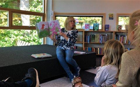 Barna fulgte spent med når Eileen Ødegaard forteller eventyr med dans og sang.