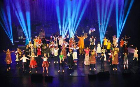 LYDEN AV LARVIK: I 11 år har de gledet Larvik med dans og tradisjonsmusikk fra hele verden. Søndag kunne de endelig entre scenen, alle sammen, sammen igjen.