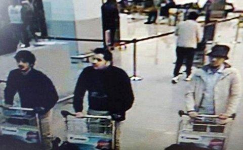 TRE MENN: Politiet i Belgia gikk tirsdag ut med overvåkningsbilder av tre menn de mener sto bak angrepene på flyplassen utenfor Brussel. (Foto: Reuters / NTB scanpix)