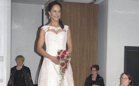 VISTE KJOLER:  May-Britt Santiago Bjørnæs i en kjole fra Din brud og Selskap. Håret ble stylet av Kvartalet Frisør, Friske Fjes tok seg av sminken og Blomsterhjørnet sto for brudebukettene.