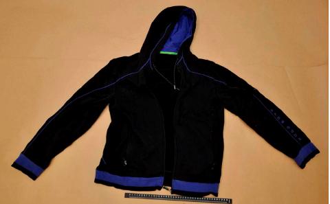 MØRKE KLÆR: Ranerne hadde på seg mørke klær under ranet, blant annet denne jakka. Den ble funnet av politiet etter utforkjøringen i Rörbäcksnäs i Sverige samme formiddag. (Foto: Politiet)