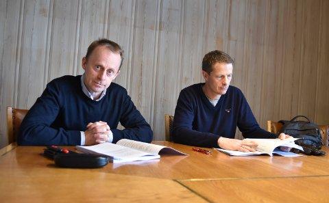 ANBEFALER IKKE: Kommuneadministrasjonen, her representert ved rådmann Kristian Trengereid (til venstre) og økonomisjef David Sande, anbefaler ikke en oppdeling av eiendomsskatten i 12 terminer.