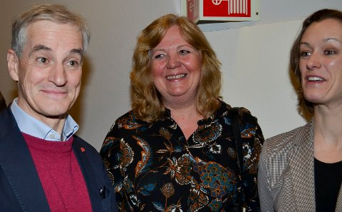 GOD STEMNING: Det var god stemning da Jonas Gahr Støre møtte Elverum-ordfører Lillian Skjærvik. Til høyre stortingsrepresentant Anette Trettebergstuen.
