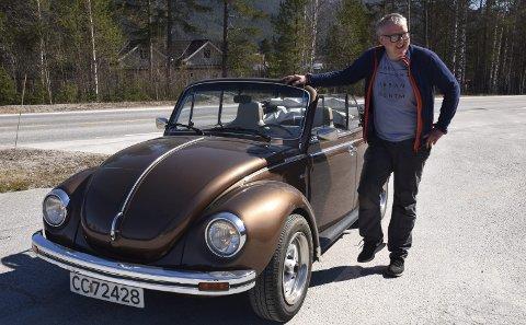 SELGER ALDRI: – Nei, denne selger jeg nok ikke! Den minner meg om den aller første bilen min, som også var ei boble, ler bilentusiasten Steinar Kjeka som driver Telle AS i Rendalen.