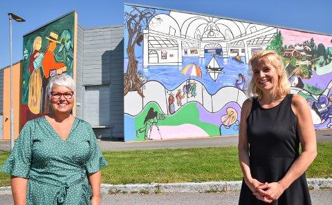 NY FASADE: Bente Hagen (til venstre) og Hanne Mette Walhovd Paulsen fra kulturkontoret i Løten gleder seg over mange positive tilbakemeldinger, etter at rådhuset Tingberg og Løten kino har fått nytt utseende.