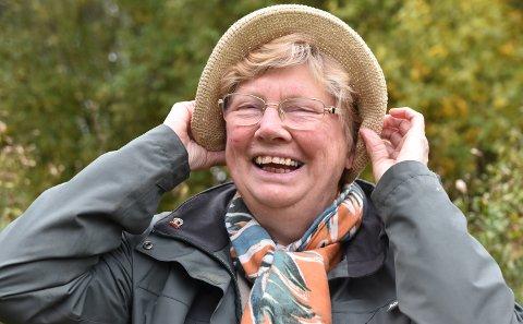 MÅTTE FLYKTE: Hatten hjalp ikke; Wenche M. Vasaasen Johansen fikk håret fullt av hjortelusfluer da hun gikk tur i Mosjømarka.