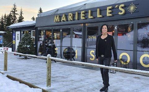 HAR ÅPNET: Marielle Faldmo har gjort den tidligere Høgeggagrillen i Trysilfjellet til sitt eget spisested. I tillegg driver hun kiosken i barneområdet.
